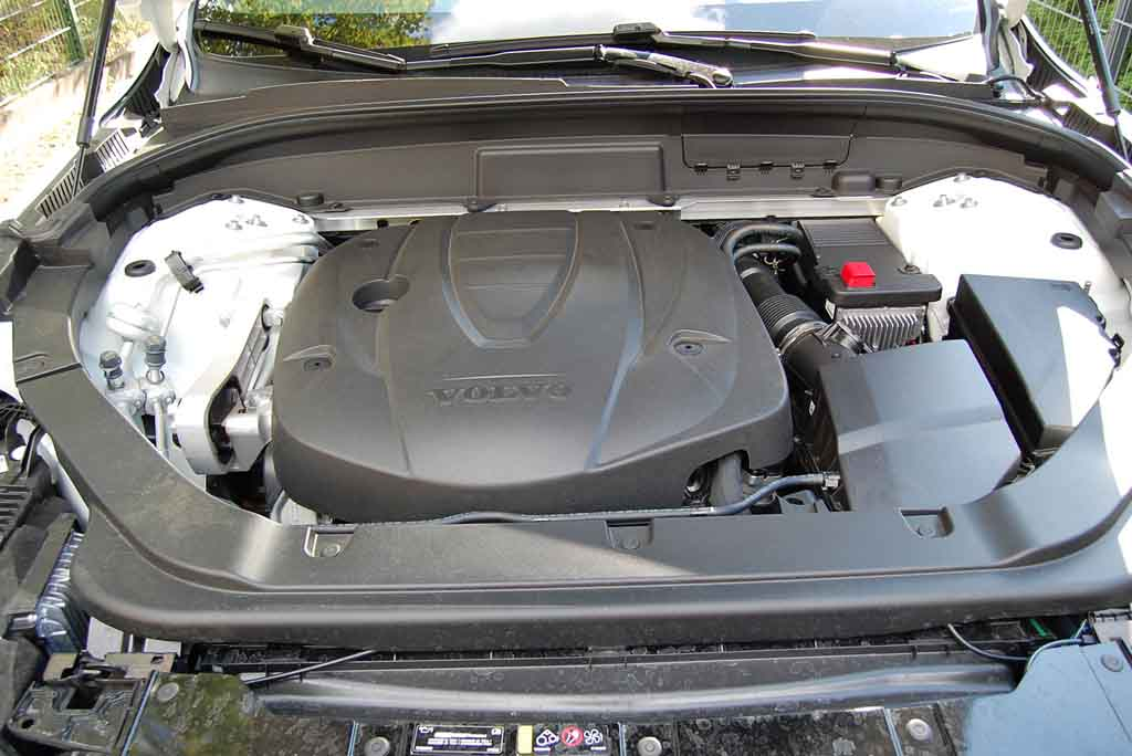Volvo XC60 – Vom Motor ist dank Plastikabdeckung nicht viel zu sehen    Foto: F. Moritz
