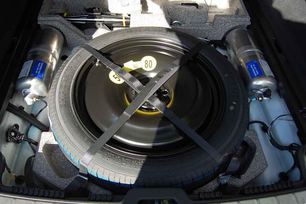 Doppelter Ladeboden im Volvo XC60 mit den beiden Druckluftbehältern  Foto: F. Moritz